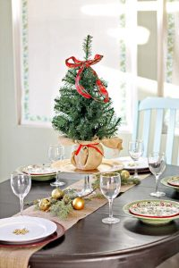 gallery-1444166440-christmas-home-tour-2013-kitchen-nook-1
